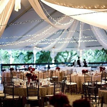 Pour décorer l'intérieur de votre chapiteau, quoi de plus romantique que de longs drapés blanc suspendus avec des fil de lumières?  Nous disposons de plusieurs articles de décorations pour votre chapiteau de mariage en location!
