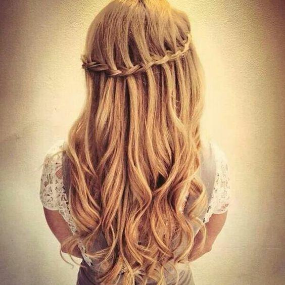 trenza de cascada con ondas para cabello largo