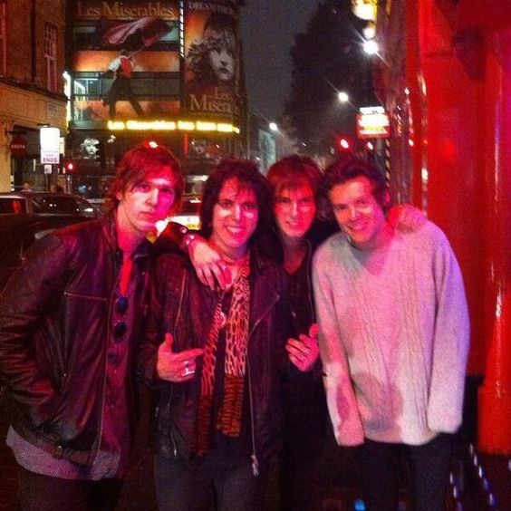 I don't care if this a low quality photo. Harry in that oversized sweater is the cutest thing I've seen