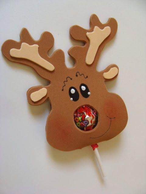 Aprenda a fazer uma bela lembrancinha de Natal com EVA - uma rena super legal com pirulito para presentear as crianças. Elas vão adorar!: