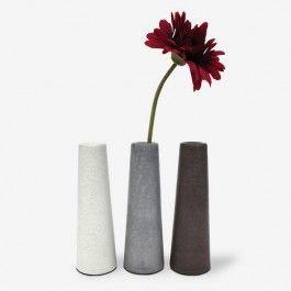 """Blumenvase """"Clou"""". Das schlanke Betongefäß """"Clou""""  ist eine eine schlichte formschöne Blumenvase. Der steinähnliche, naturbelassene Beton strahlt eine elegante Kühle aus und ist hervorragend mit Materialien wie Filz, Stoff oder Keramik kombinierbar.""""Clou"""" inkl. Geschenkverpackung (ohne die abgebildeten Utensilien).Design: Jochen Korn, Made in Germany,Maße: Durchmesser 75 mm, Höhe 230 mm / Gewicht: ca. 1600 g.Material: Spezialbeton, Zellgummi, Glas."""