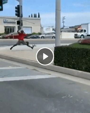Veja este homem fazendo show na rua.