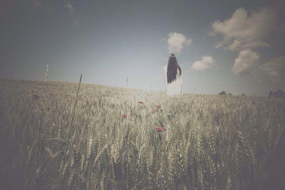 E IL CIELO Raccolgo emozioni, a strati paralleli, sinuosi, fra i tuoi capelli e il cielo, e il cielo, sempre, il tuo bacio lo ingoio a partire dagli occhi, sapore, fatue paure, e brividi da scorrere.   http://paralleluniverseinpolaroid.wordpress.com
