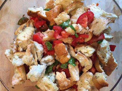 Brotsalat mit Tomaten, Weißbrot, ganz viel Olivenöl und einer speziellen Geheimzutat