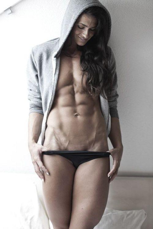 Diese schöne Frau hat einen gemeißelten Körper, sehr muskulös, sehr eng. CrossFit? Bodybuilding? Ich weiß es nicht, aber ich bin beeindruckt
