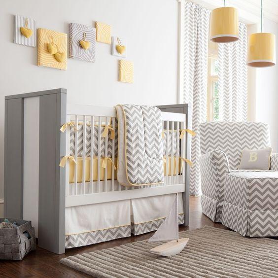 chambre de bébé mixte à chevrons en gris, blanc ey jaune