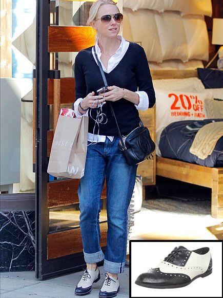 NAOMI WATTS    Estamos obsesionadas con los zapatos tipo oxford, un estilo muy de moda en estos momentos. Así que ponte en boga como la actriz inglesa con éstos de la marca Wanted, que encontramos en Amazon.com por $22.40.