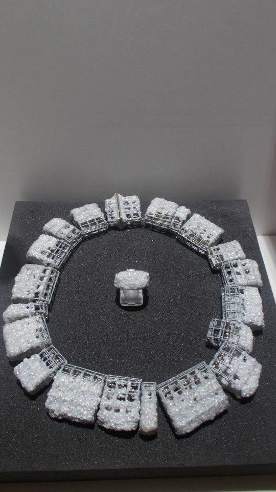 Ambroise DeGenève à la Galerie Elsa Vanier - Collier: acier, perles de culture, fermoir et chaîne en argent. Bague: argent oxydé, perles de culture.