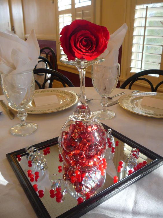 Valentine's Day centerpiece decoration ideas. Red rose centerpiece. Valentine's day crafts.: