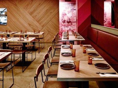 restaurante em madeira e tons de vermelho
