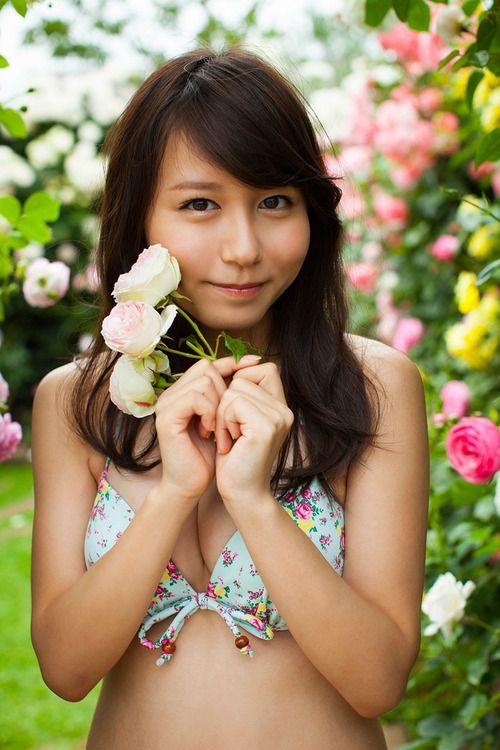 花と花柄水着の大場美奈