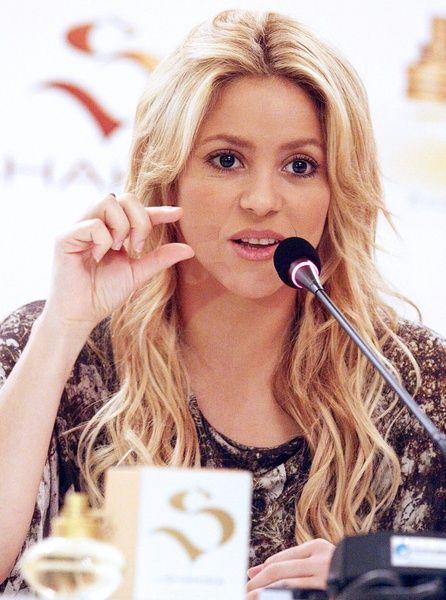 Shakiras blonde, wavy hairstyle need-to-make