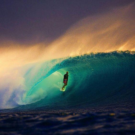 幻想的な波とサーファー