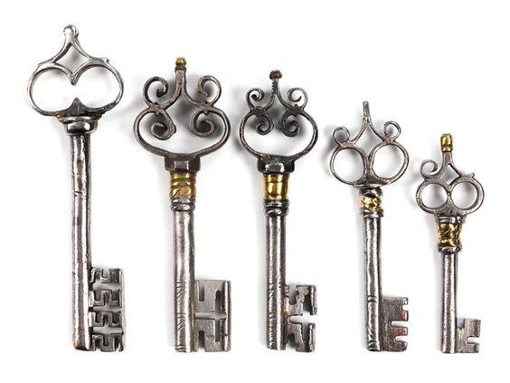 Hohldornschlüssel, dreimal mit zweipassiger Reide mit Volutenaufsatz, zweimal mit gegenständigen Voluten, sodass in der Reide eine offene Raute entsteht. ...