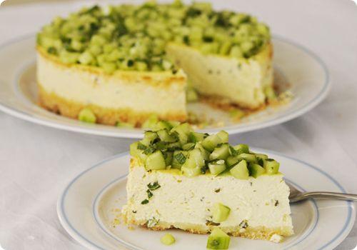 Ce cheesecake salé est vraiment très frais !! La base est faite de crackers sans gluten au parmesan, la crème au fromage de chèvre avec