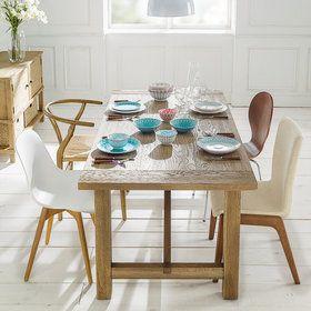Mesa de madera con vajilla en color turquesas