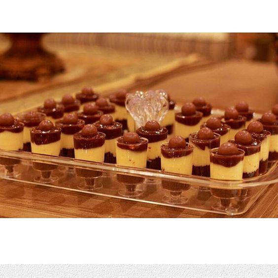 حلا السنكرس الطبقه الاولى باوند كيك جاهز او خليط بيتي كروكر بالشوكلاته الطبقه الثانيه ظرفين دريم ويب ظرف كريم كراميل قش Delicious Desserts Desserts Food