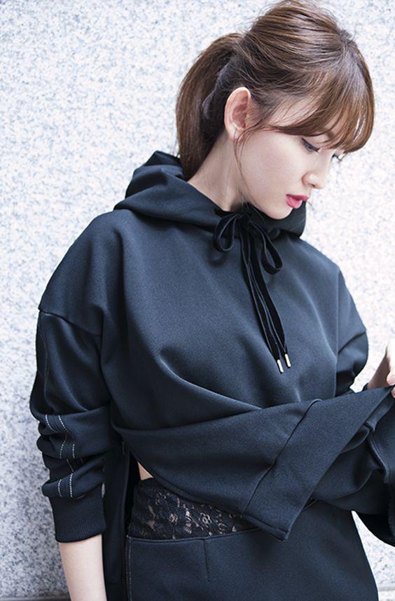 黒い服のかわいい小嶋陽菜