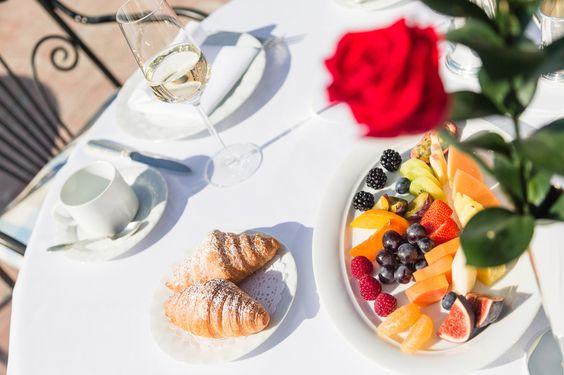 Zum Frühstück erwartet die Gäste ein reichhaltiges Frühstücksbuffet mit vielen Leckereien, frischem Obst, Sekt, Säften, ofenfrischen Semmeln, Müsli,...