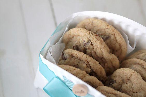 Bricolage: Fabriquer un petit panier à biscuit décoratif avec une assiette de carton.