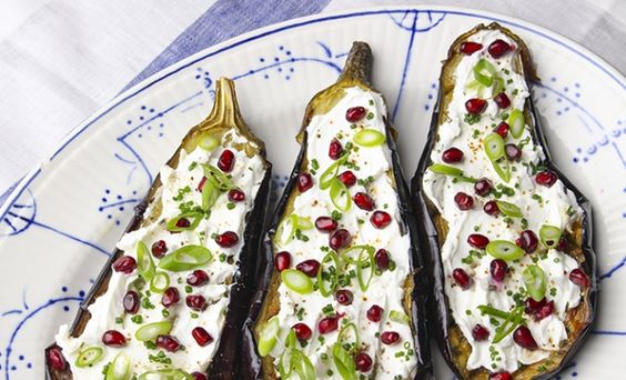 3 Eggplant 150 g Chavroux 2 Scallion , sliced 0,5 Pomegranate 1 tbsp Chives , chopped Halve the eggplants. Make incisions in the flesh. Drizzle with olive oil. Season with salt and pepper. Cooked in a preheated oven at 200°C. Allow to cool. Cover the eggplant with the Chavroux. Season with salt and pepper. Garnish with pomegranate, chives and spring onion.