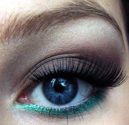 teal eyeliner: