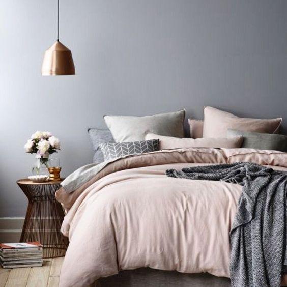 Cinza, rosa e dourado, as cores escolhidas para deixar esse quarto aconchegante!