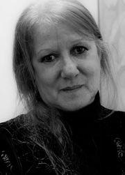 Mariana Fiksler es Argentina y es allí donde completó sus estudios: Psicóloga, Profesora de Educación Primaria, Infantil y de inglés. Es escritora. Vive en Altea desde 1997, donde ejerce la Psicología a través de artículos publicados en diferentes medios, entre ellos el suplemento dominical de El País (EPS), coordinando talleres en el Centro Social de Altea, impartiendo clases de Psicología General  y como guionista de programas en diversas radios de la Comunidad Valenciana.