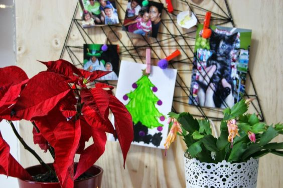 DIY - El árbol de navidad handmade de Decorar en familia con tablero de pino, clavos y lana