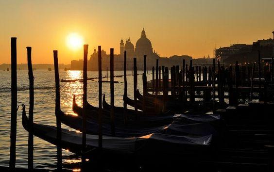 Sous le soleil de Venise / Une belle lumière bien maitrisée et un très bon cadrage sur ce soleil couchant à Venise en Italie. © Henri Escojido