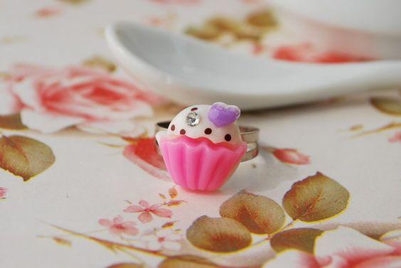 Anel com peça importada em resina e base regulável.  Dimensões Cupcake Altura: 1,2 cm Largura: 1,2 cm R$8,00