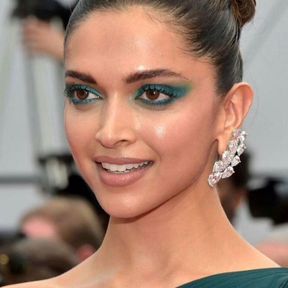 الممثلة الهندية الجميلة ديبيكا باديكون في اليوم الثاني من مهرجان كان متألقة بأقراط الماس من مجوهرات د Deepika Padukone Bollywood Actress Bollywood Celebrities
