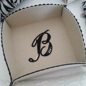 縫わずに作るトレイ ブレードワークでイニシャル刺繍