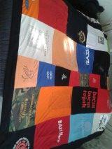Een plaid van oude t-shirts met herinneringen.