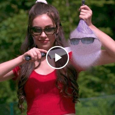 Garota de óculos Colocando óculos na água
