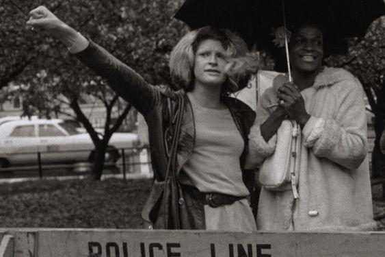 Icónica imagen de Marsha P. Johnson y Sylvia Rivera durante las protestas