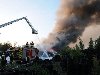 Feuerwehrleute beim Löschen eines Reifenlager-Brands in Gernsheim