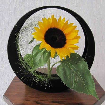 Eenvoudig bloemschikken met een zonnebloem - de maand bloemschikken