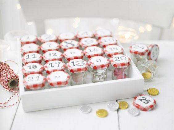 des petits pots de confiture pour r aliser ce calendrier de l 39 avent deco noel pinterest. Black Bedroom Furniture Sets. Home Design Ideas