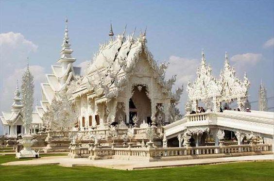 Wat Rong Khun é um templo budista, não ortodoxo, na Tailândia. Sua incrível construção começou em 1997, pelas mãos do pintor e arquiteto tailandês Chalermchai Kositpipat.