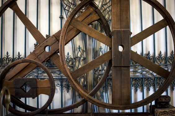 Escultura modernista, lograda a partir de la intervención de tres antiguas poleas de una carpintería a vapor.