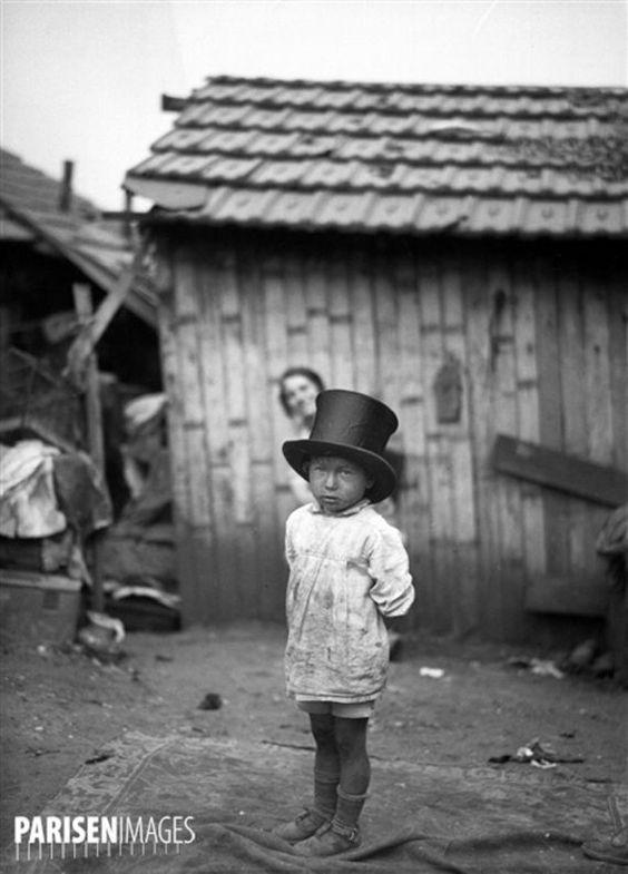 Criança em uma favela da época. Paris, por volta de 1900. © Albert Harlingue / Roger-Viollet