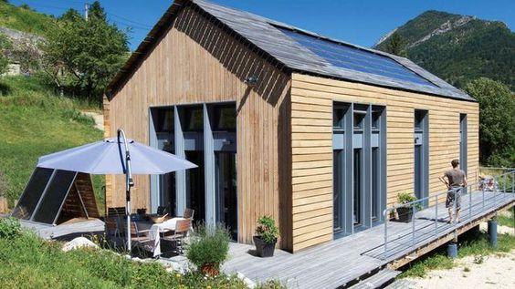 Le plus classique : un bardage bois. Posé à la verticale sur les pignons, il est horizontal et à claire-voie en façades.