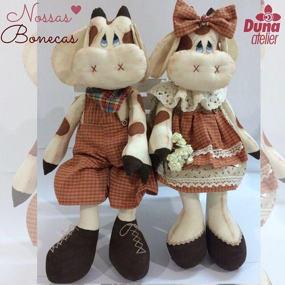 A Professora Drica é muito talentosa (por isso rasgamos tanta seda por ela). Vejam o casal Tór & Mucca que gracinha!  #DunaAtelier #Criatividade #FaçaVocêMesmo #Decoração #Boneca #Costura #Sewing #Quilting #PatchWork #Tecido #Fabric #EuAmoPatchWork #Quilt #EuAmoArtesanato #FeitoaMão #Artesanato #DIY #Doll #ByDrica #Dolls #Curso #vemaí #Bonequeira #Cursodebonecas #Acredite #Believe #Sew #Bonequeira