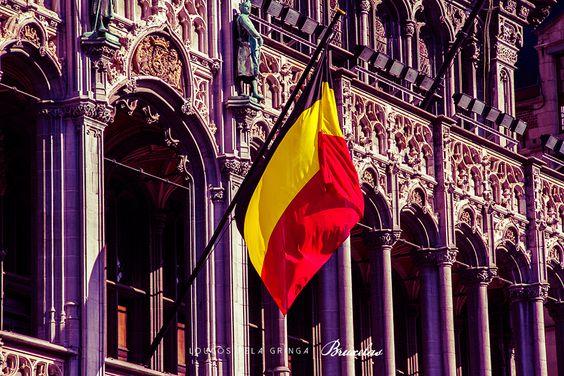 A bandeira da Bélgica é composta de 3 faixas verticais de cores preta, amarelo e vermelho.