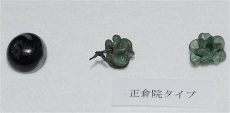 国宝・阿弥陀如来坐像の台座から見つかったガラス玉=24日、京都府宇治市の平等院