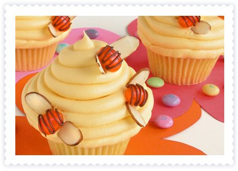 bees in the bee nest cupcake!! sooo cute! don't you think??