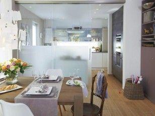eine glaswand und raumhohe schiebet ren aus glas die alle bis zur h lfte satiniert sind. Black Bedroom Furniture Sets. Home Design Ideas