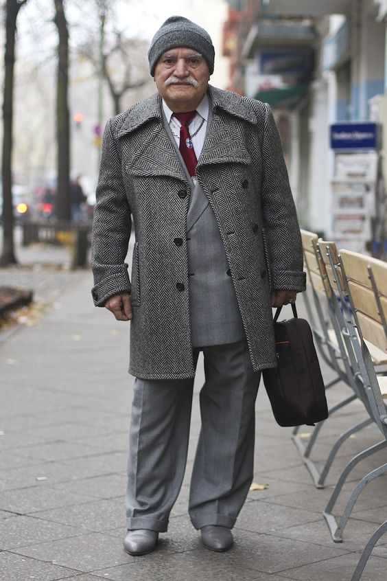 Fascinating Photo Series of a Stylish Man Passing by Every Day - My Modern Metropolis