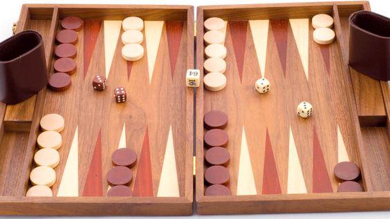 Tablero y fichas tradicionales de Backgammon